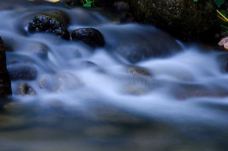 与绿色青苔石头的瀑布在雨林, Kiriwong Vil里 免版税库存照片