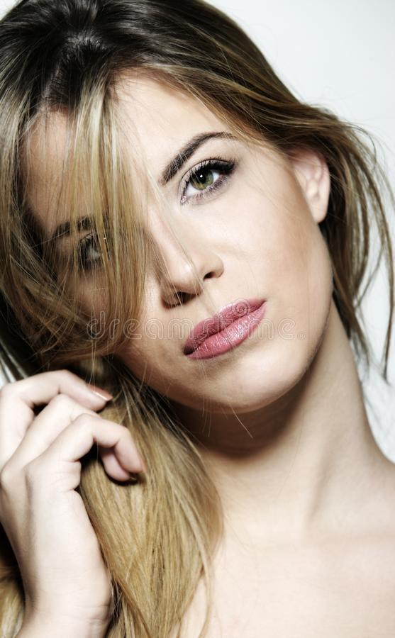 与绿色黄色眼睛的美丽的白肤金发的年轻女人面孔 库存照片