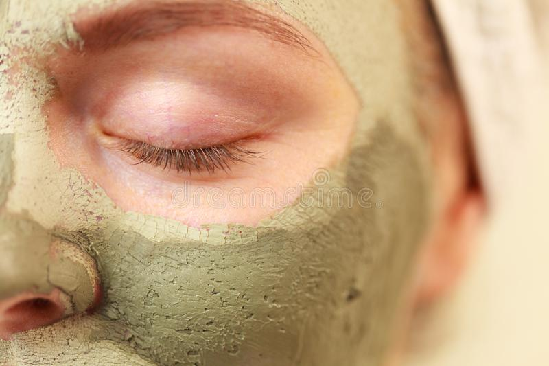 与绿色黏土泥面具的妇女面孔 库存图片