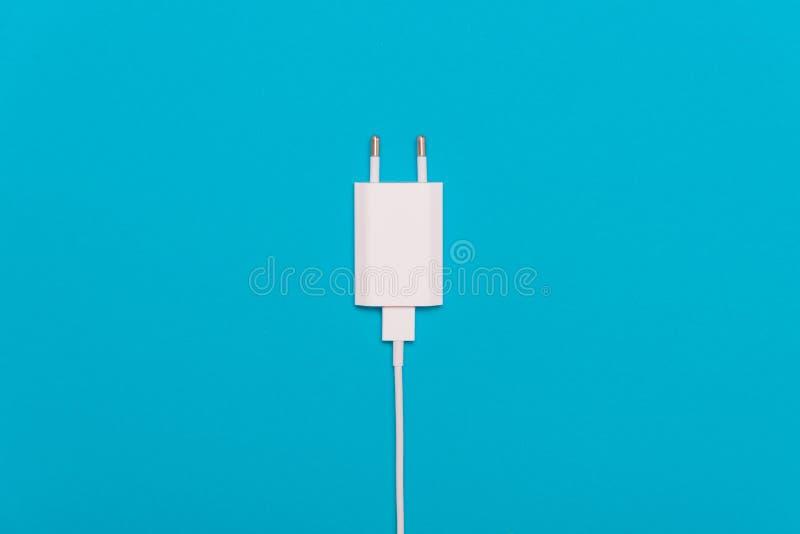 与缆绳的白色充电器 库存照片