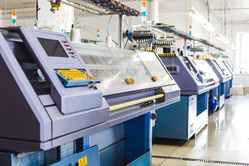 与编织机的纺织工业在工厂 免版税库存照片