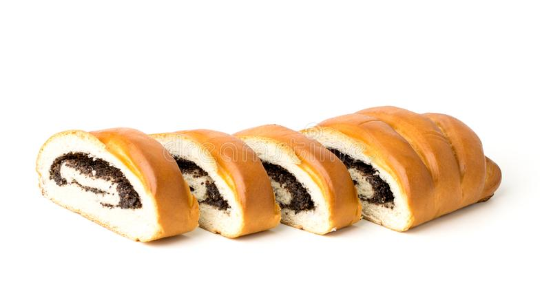 与罂粟种子的大面包切开了成片断,在白色背景 免版税库存照片