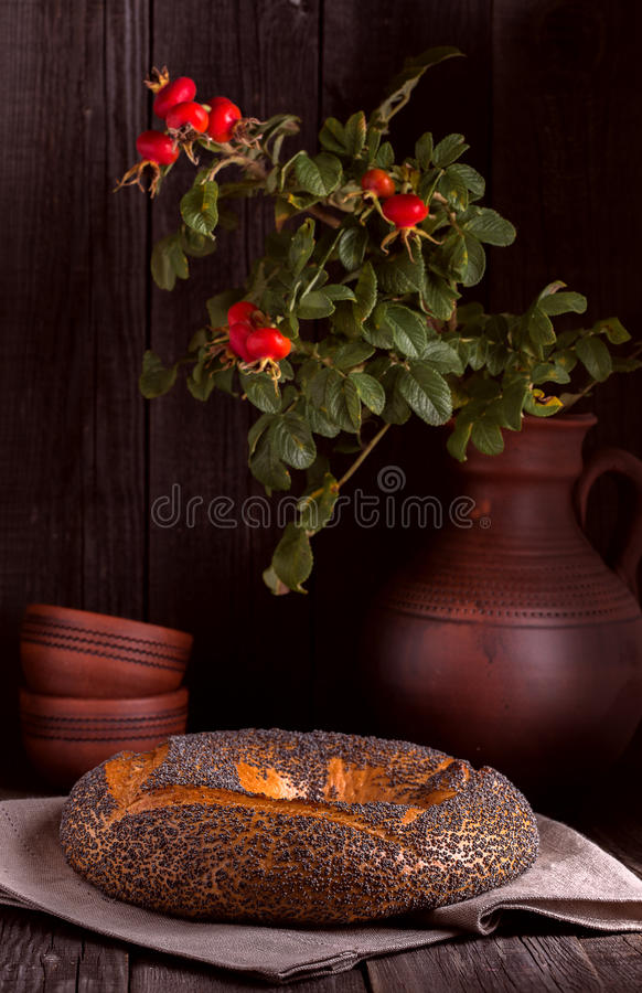 与罂粟种子的百吉卷在土气样式 图库摄影