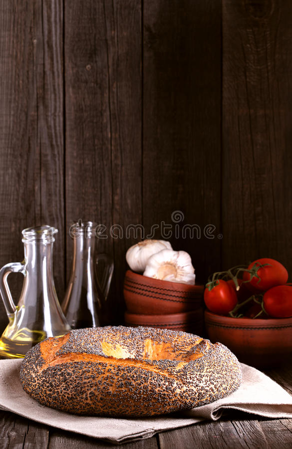 与罂粟种子的百吉卷在土气样式 免版税图库摄影