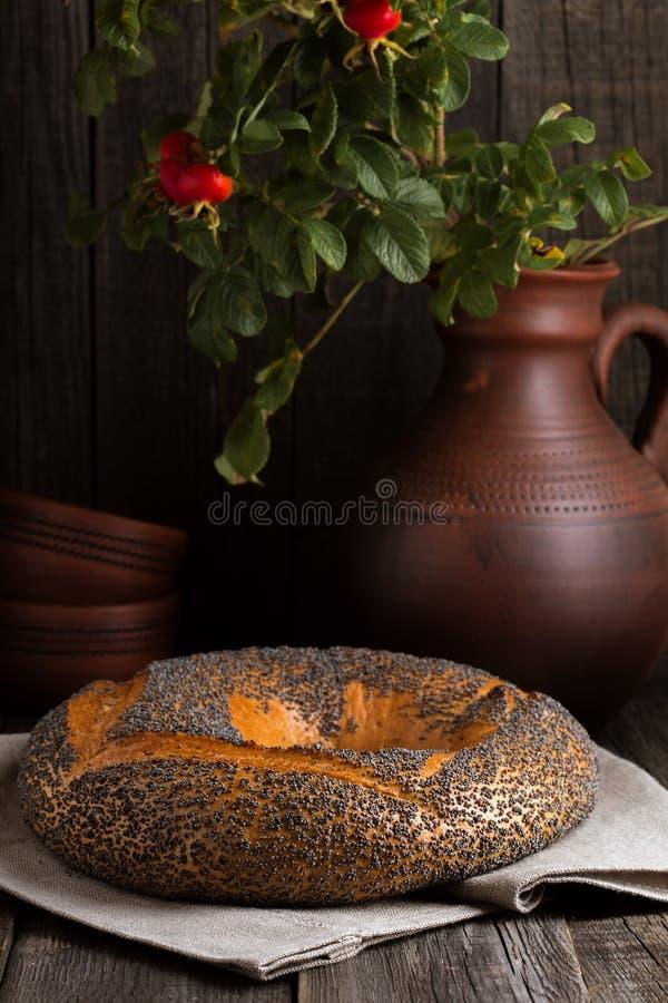 与罂粟种子的百吉卷在土气样式 库存图片