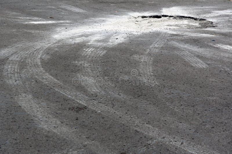 与罐孔的停车场沥青 库存照片