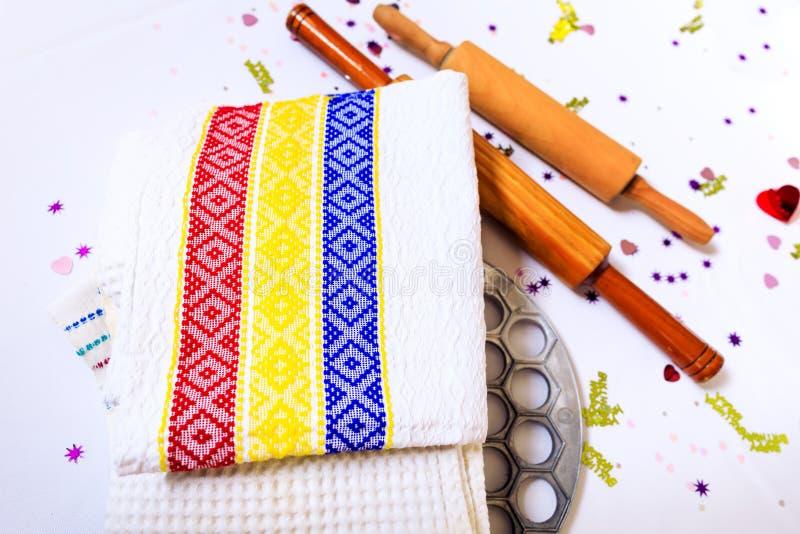 与罗马尼亚三色和一把木匙子或者stic的洗碗布 图库摄影