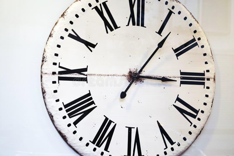与罗马数字的葡萄酒白色装饰时钟表盘 库存图片