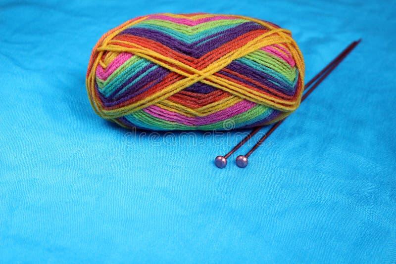 羊毛和编织针 库存图片