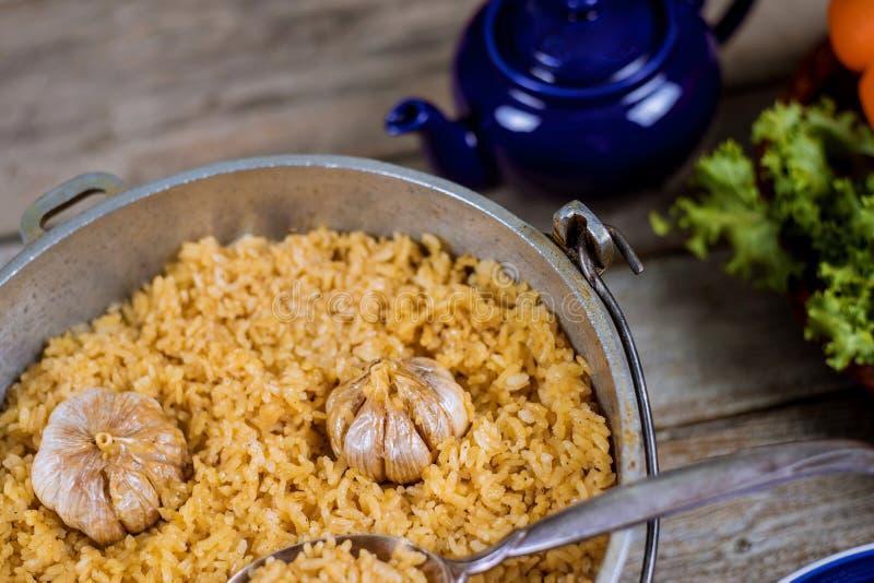 与羊羔、红萝卜、胡椒和大蒜的阿拉伯全国肉饭 米用肉,全国烹调 库存照片
