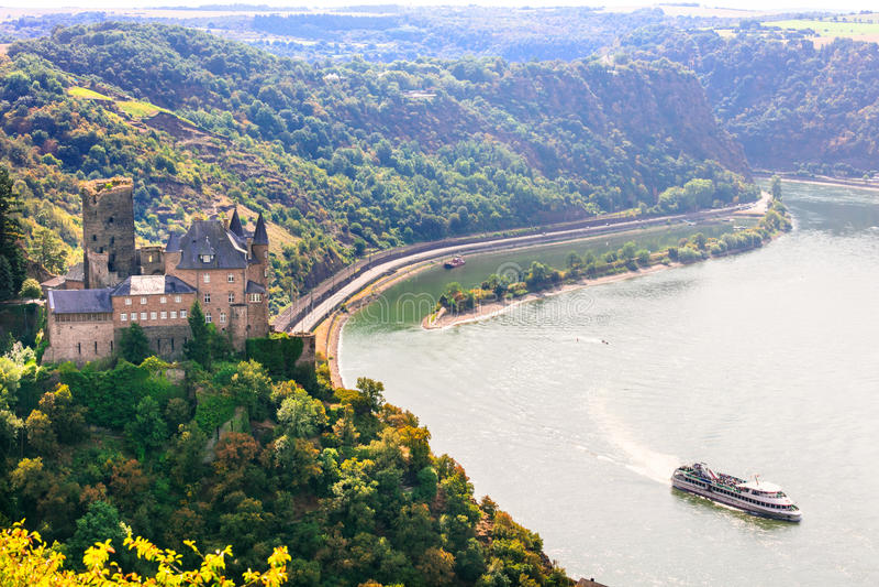 与美丽的中世纪城堡的浪漫莱茵河谷 德国 免版税库存图片