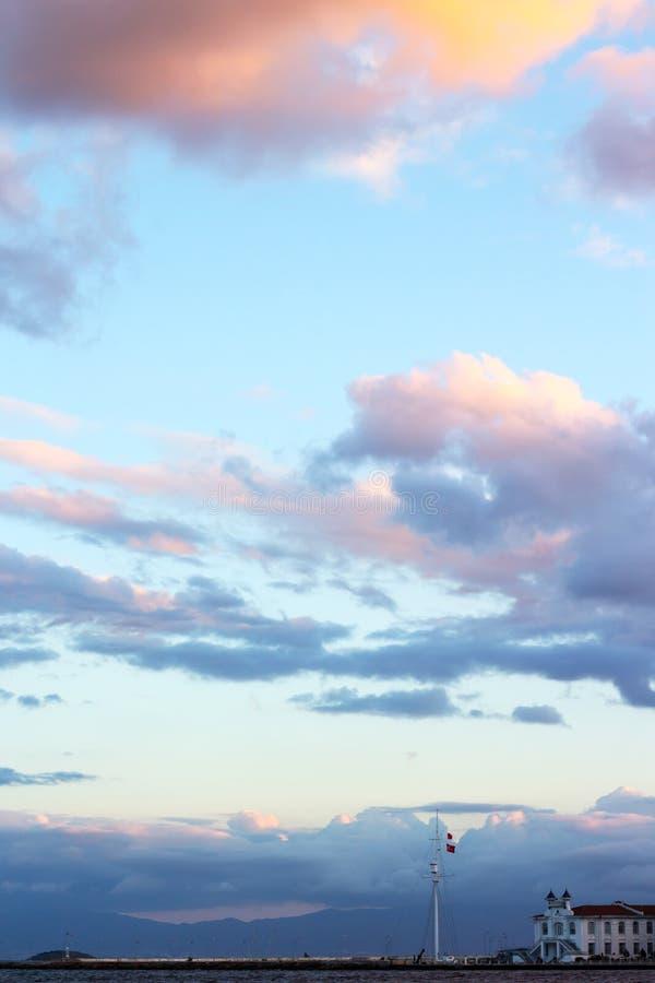 与美丽的云彩的日落天空在伊斯坦布尔海岛 免版税库存图片