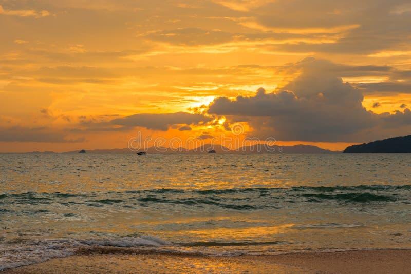 与美丽的云彩的明亮的橙色日落在Thail海  图库摄影