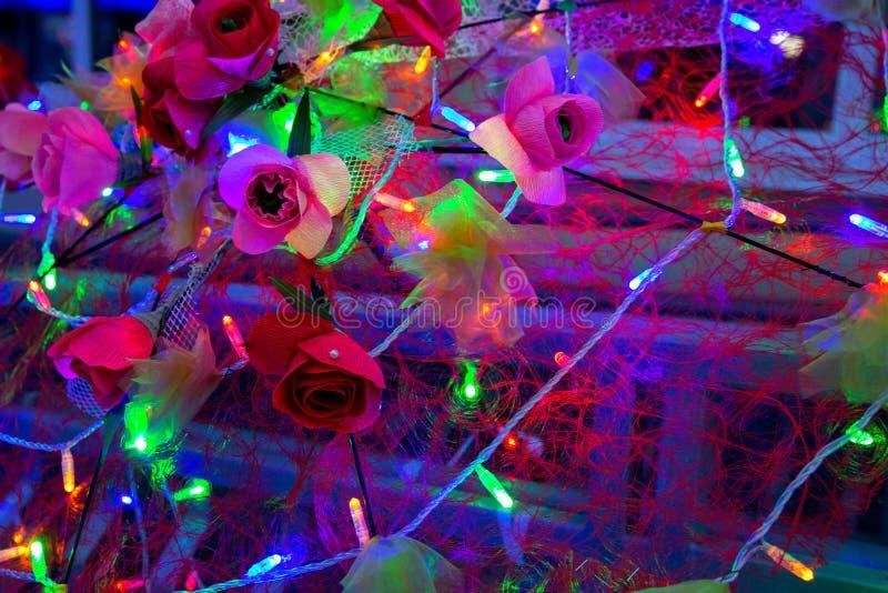 与美丽的光、伞和花的背景照片 库存照片