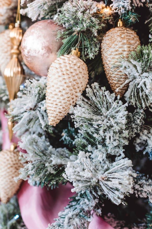 与美丽的冬天装饰的圣诞树 图库摄影