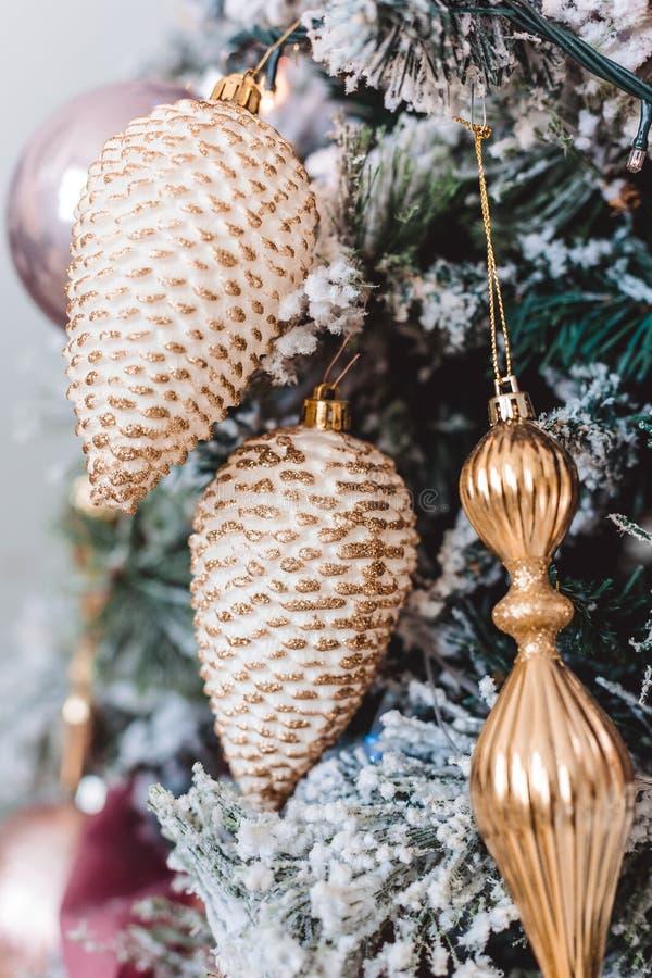 与美丽的冬天装饰的圣诞树 库存照片