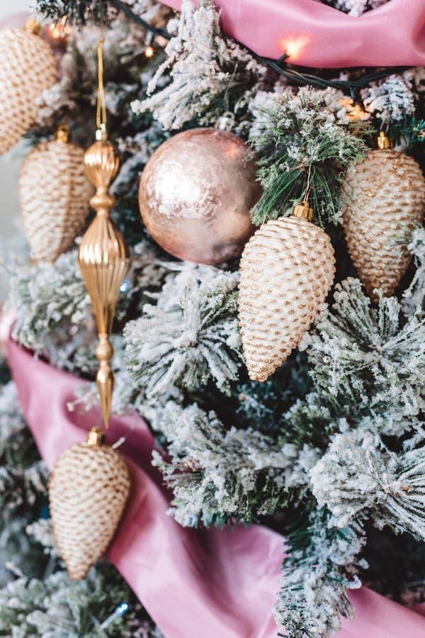 与美丽的冬天装饰的圣诞树 免版税库存照片