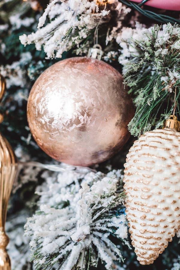 与美丽的冬天装饰的圣诞树 免版税图库摄影