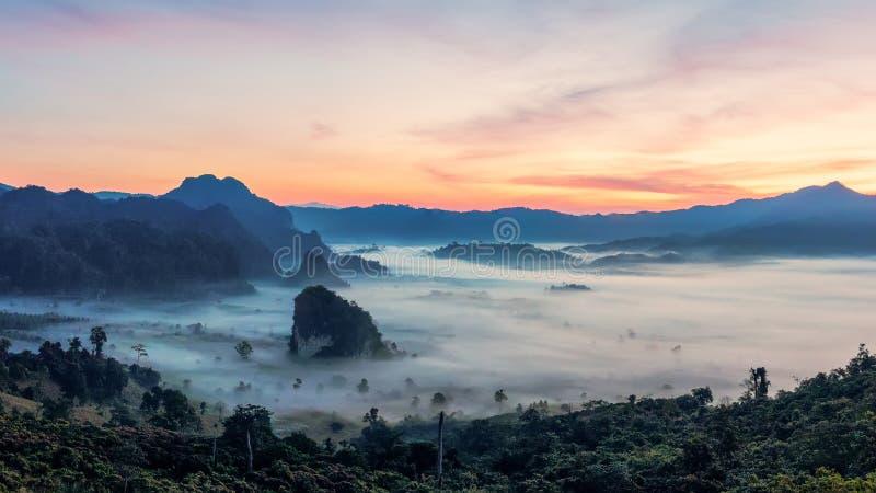 与美丽的剧烈的天空的山日出 早晨雾在日出前的山谷在冬天季节 Phu Langka山 免版税库存图片