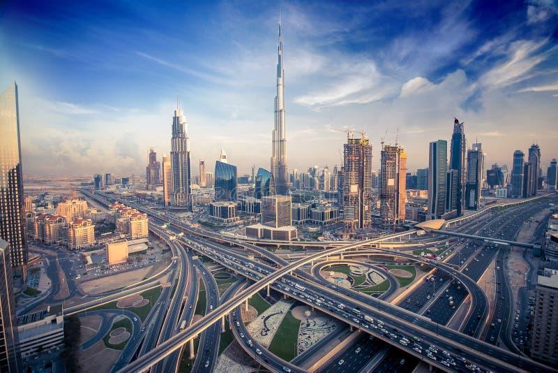 与美丽的城市的迪拜地平线接近it& x27; 在交通的s最繁忙的高速公路 库存图片