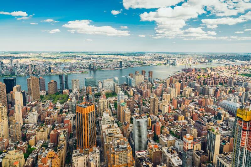 与美丽的多云天空蔚蓝的纽约地平线鸟瞰图在背景中 免版税库存图片