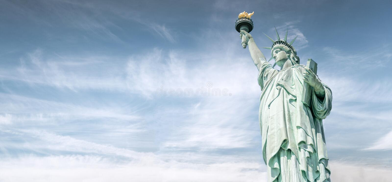 与美丽的天空的自由女神像,纽约地标  库存图片