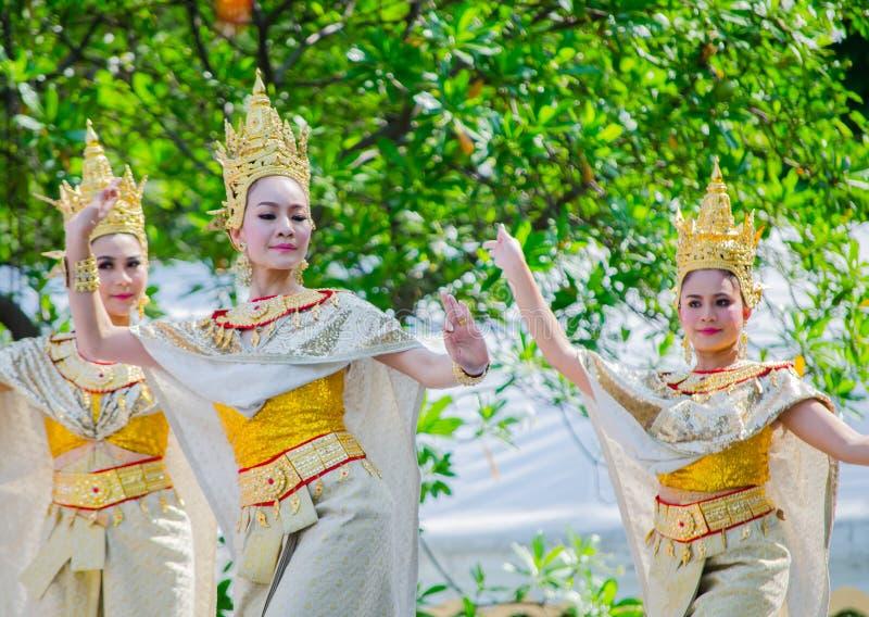 与美丽的妇女的泰国传统舞蹈执行在Songkran节日的阶段的金黄文化服装的 库存照片