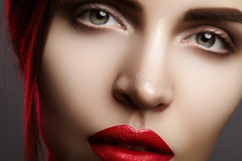 与美丽的妇女面孔的特写镜头画象 时尚嘴唇构成,席子唇膏的红颜色 构成和化妆用品 免版税库存照片