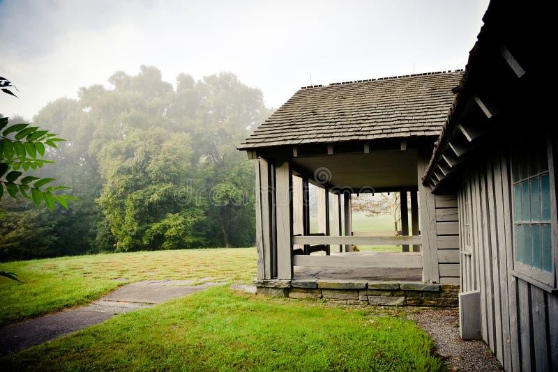 与美丽的山景城的木前沿 免版税库存照片