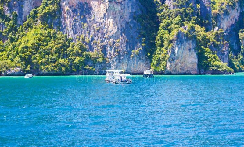 与美丽的山的海蓝色 免版税库存图片