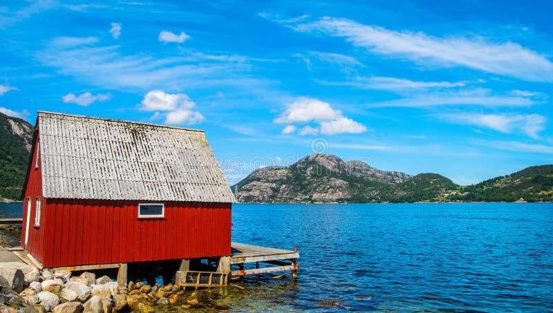 与美丽的房子的令人惊讶的自然视图海湾的岸的 地点:Forsand,挪威,欧洲 o beauvoir 图库摄影
