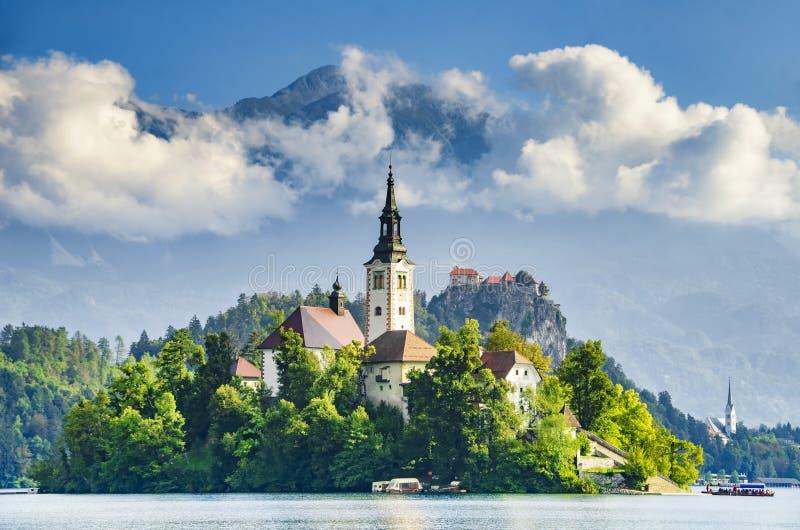与美丽的教会和城堡的惊人的看法在Bled湖, Slove 库存照片