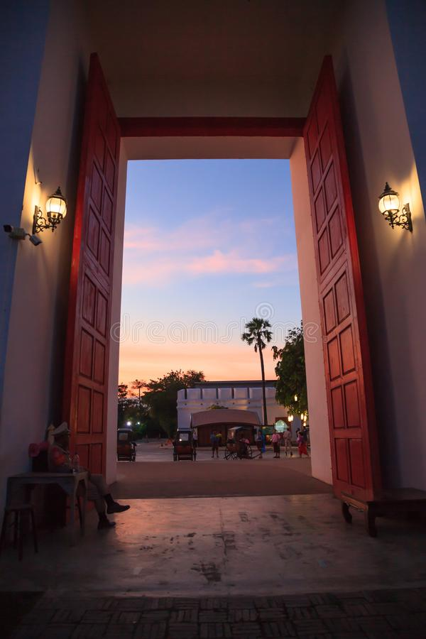与美丽的暮色天空的传统古老亚洲老镇城市门入口 泰国旅游景点目的地, 免版税库存照片