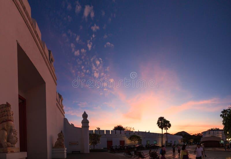 与美丽的暮色天空的传统古老亚洲老镇城市门入口 泰国旅游景点目的地, 库存图片