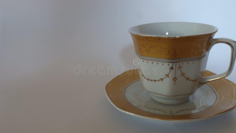 与美丽的杯子的咖啡豆在家 免版税库存照片