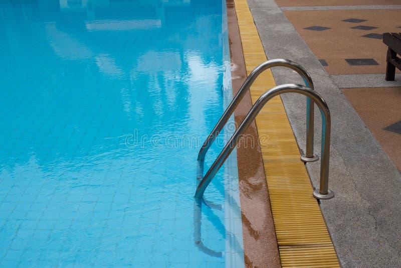 与美丽的游泳池 免版税图库摄影