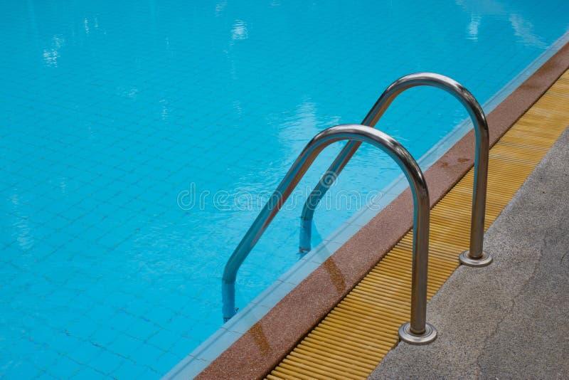 与美丽的游泳池 库存图片