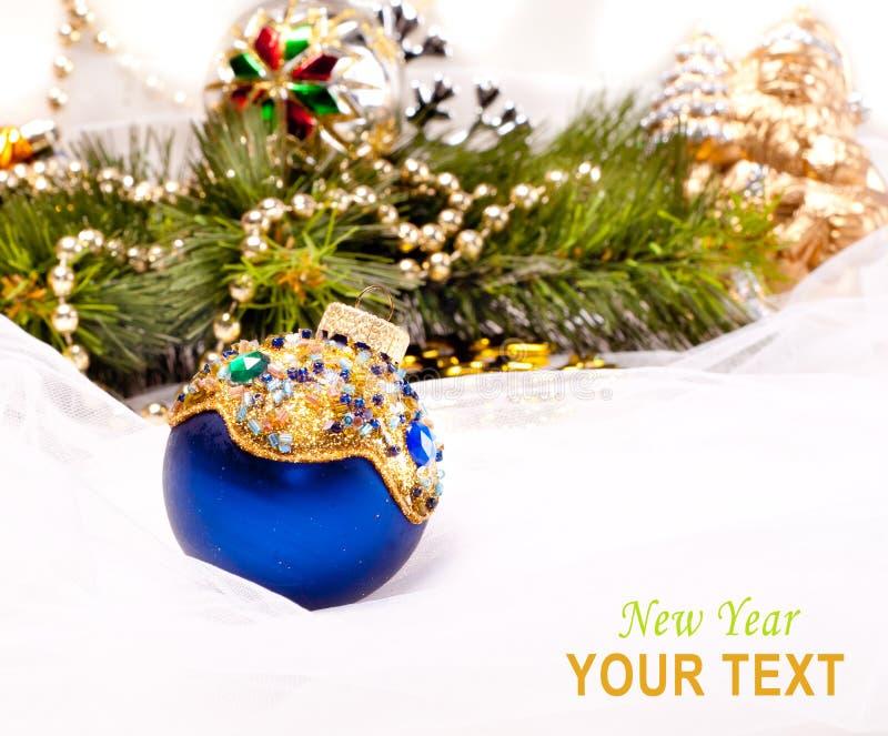 与美丽的装饰球的新年度看板卡 免版税图库摄影