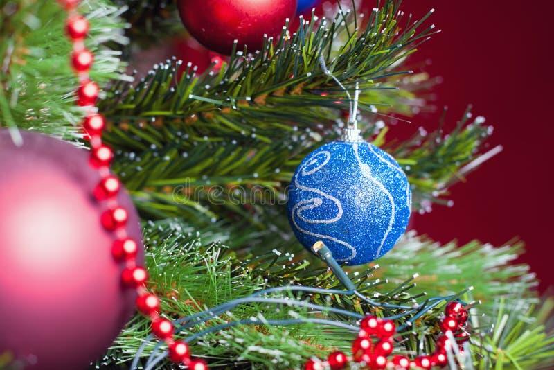 与美丽的装饰的圣诞树准备好holliday的xmas 免版税库存照片