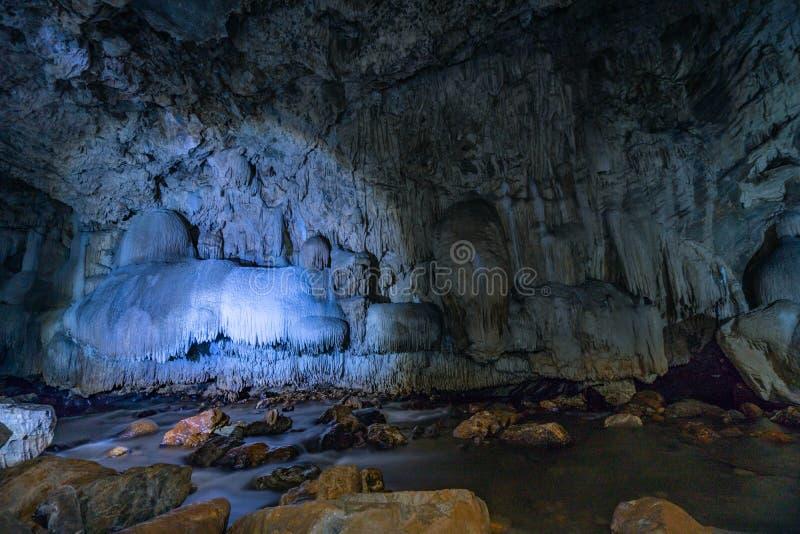 与美丽的钟乳石的洞段落在泰国Tanlodnoi洞 库存照片