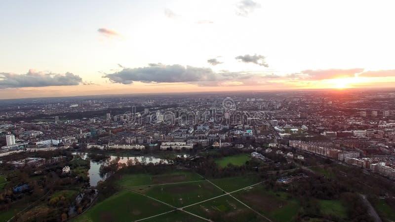 与美丽的黄昏天空的鸟瞰图伦敦都市都市风景在摄政的` s公园覆盖 免版税图库摄影