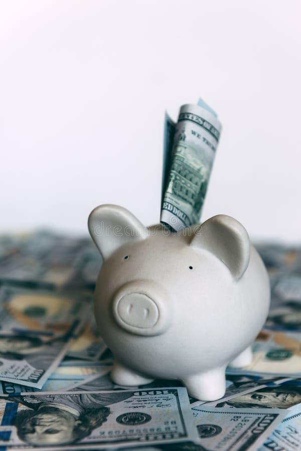 与美元现金的贪心moneybox 库存照片
