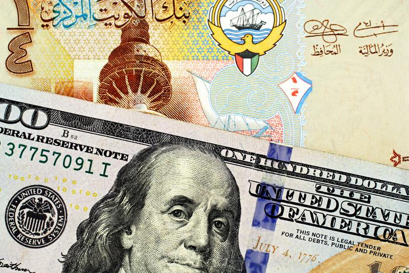 与美国一百元钞票关闭的一五颜六色的科威特四分之一丁那 库存照片