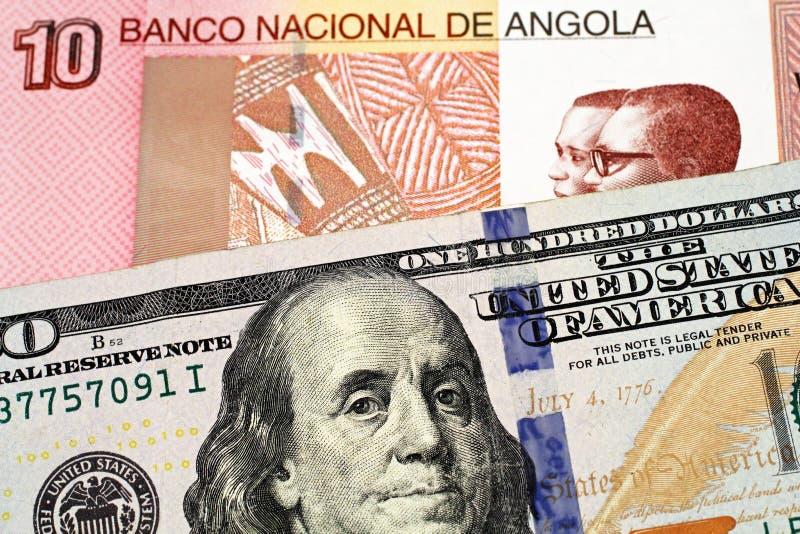 与美国一百元钞票的一张安哥拉宽扎钞票 免版税库存图片
