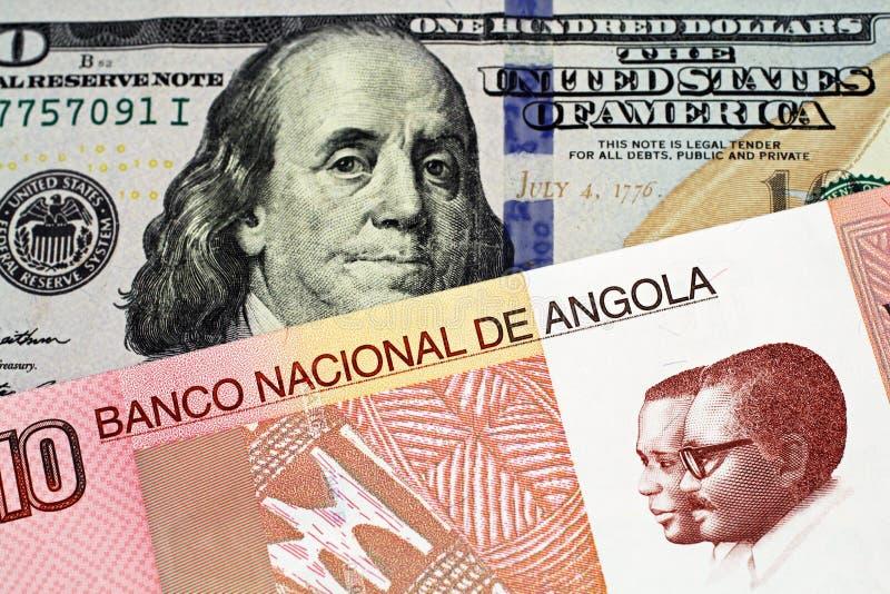 与美国一百元钞票的一张安哥拉宽扎钞票 免版税库存照片