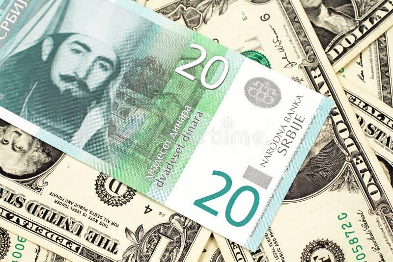 与美国人的一二十塞尔维亚丁那一美金 免版税库存照片