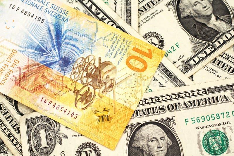 与美国人的一张瑞士法郎钞票一美金 免版税库存图片