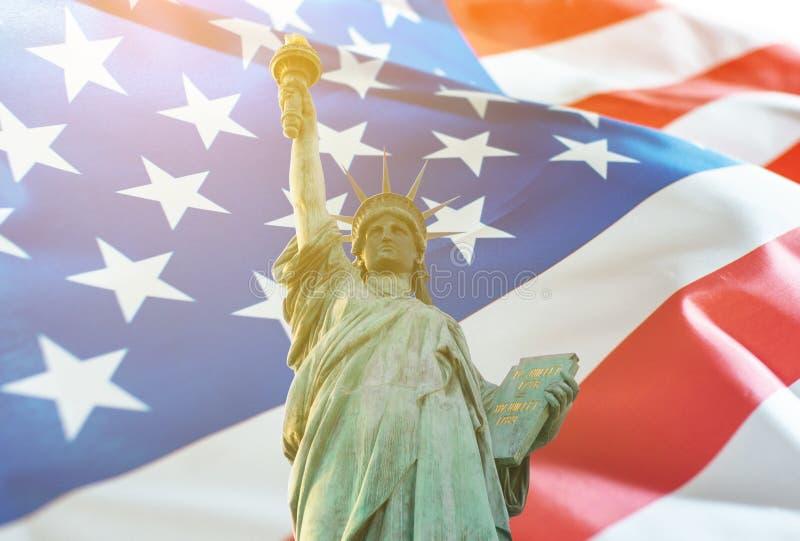 与美国国旗两次曝光的自由女神像 免版税库存图片