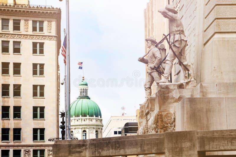 与美国国旗的印第安纳州议会大厦大厦 免版税库存照片