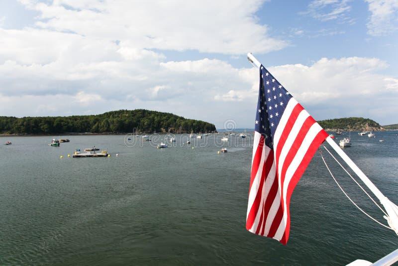 与美国国旗的巴港视图在前景 免版税库存图片